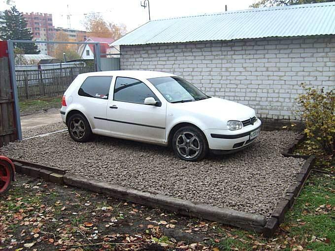 Площадка для автомобиля из щебня