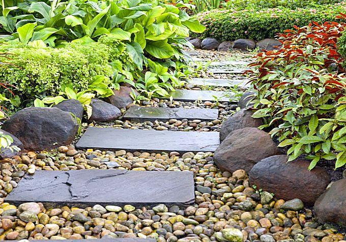 Садовые дорожки из гальки и узкого природного камня